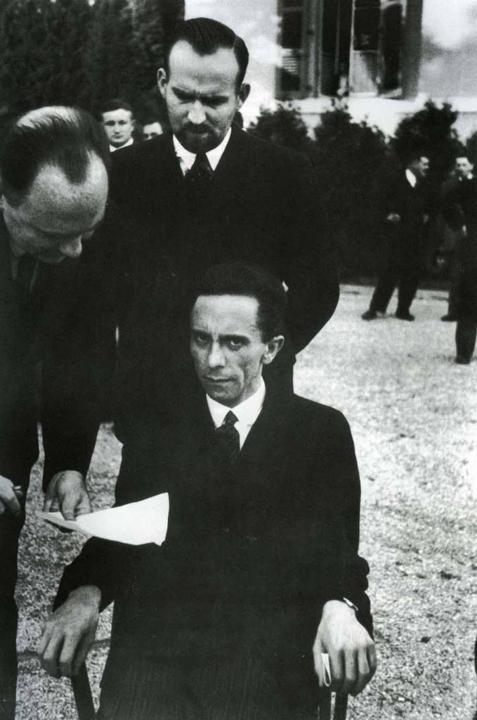 Йозеф Геббельс хмуро смотрит на фотографа, узнав, что тот еврей, 1933 год