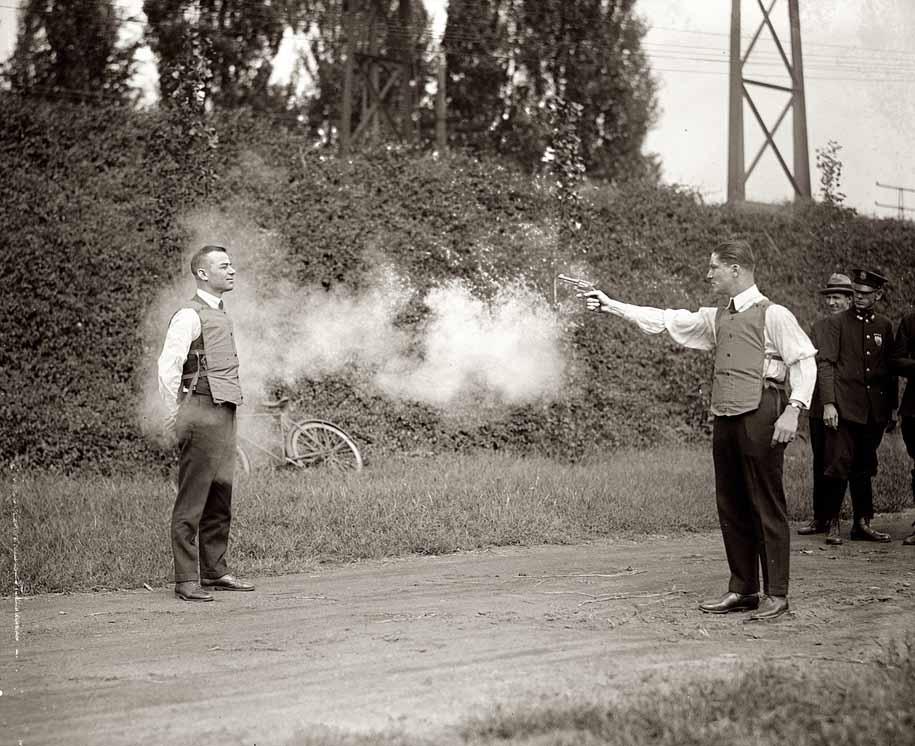 Демонстрация возможностей бронежилета, 13 октября, 1923 года