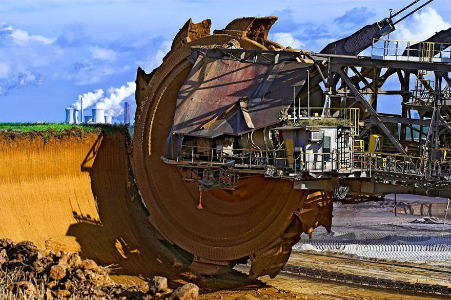 Экскаватор Bagger 288 — крупнейшая самоходная установка в мире — используется для добычи угля, Германия.