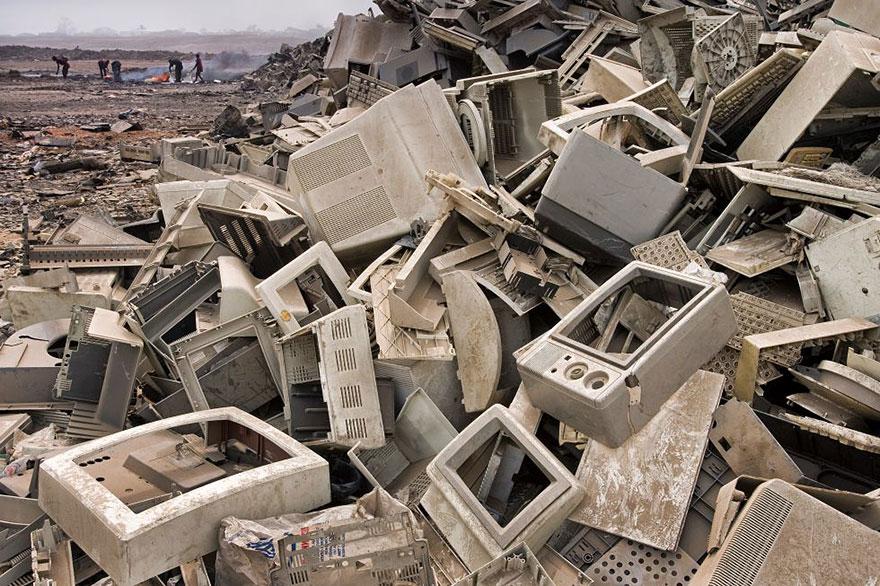 Свалка в Аккре (Гана). Как правильно, подобный мусор в конечном счёте оказывается в странах третьего мира.