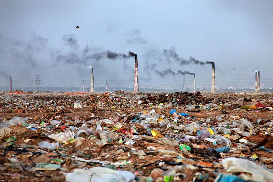 Горы мусора в Бангладеш.