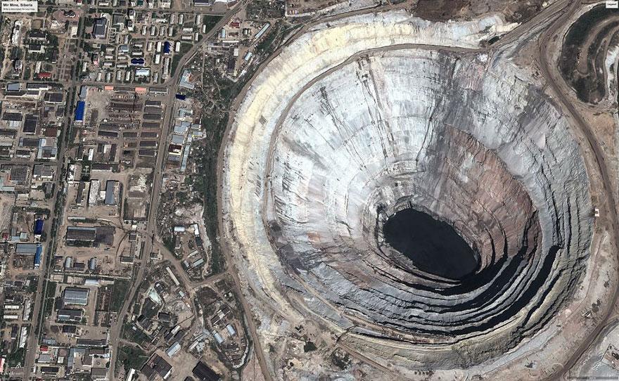 Кимберлитовая трубка «Мир» — огромная дыра и самый крупный в мире карьер по добыче алмазов.