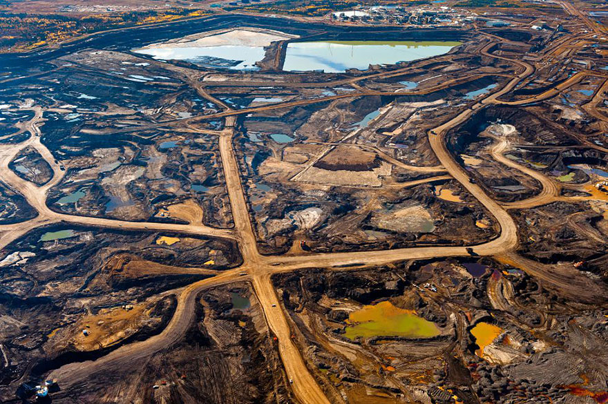 Богатая гудроном зона в Альберте, Канада, уничтоженная горной промышленностью и токсическими отходами