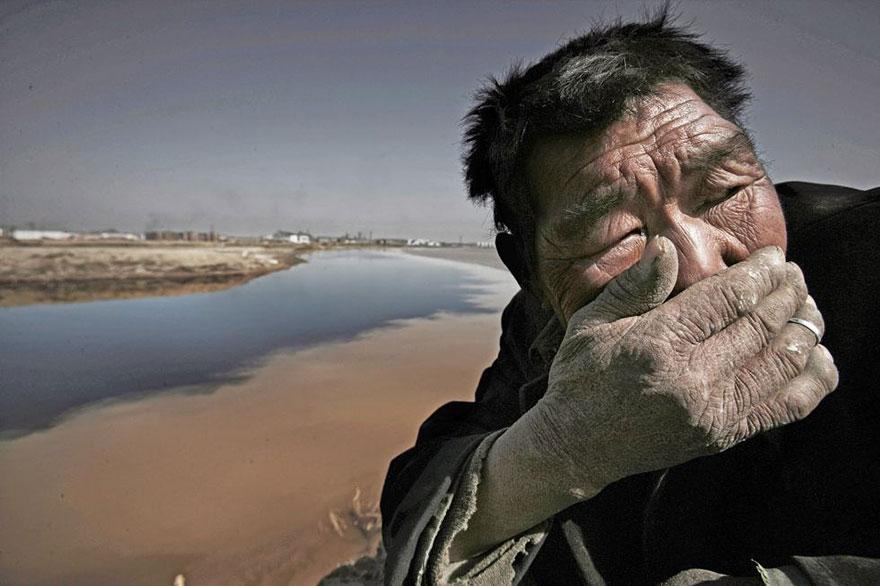 Река Хуанхэ настолько загрязнена, что рядом с ней почти невозможно дышать.