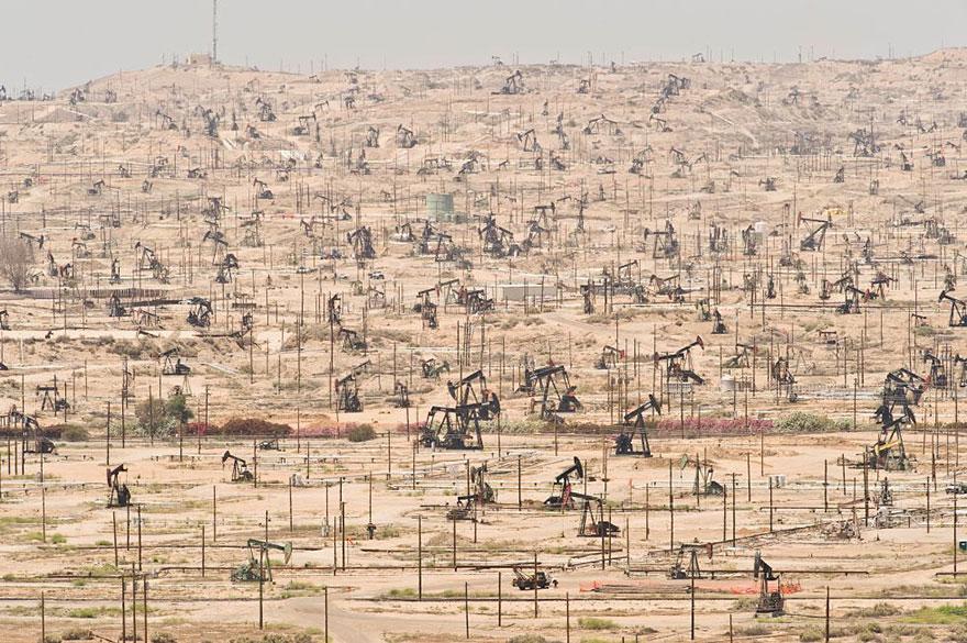 Нефтяное месторождение на реке Керн, Калифорния, эксплуатируется с 1899 года.