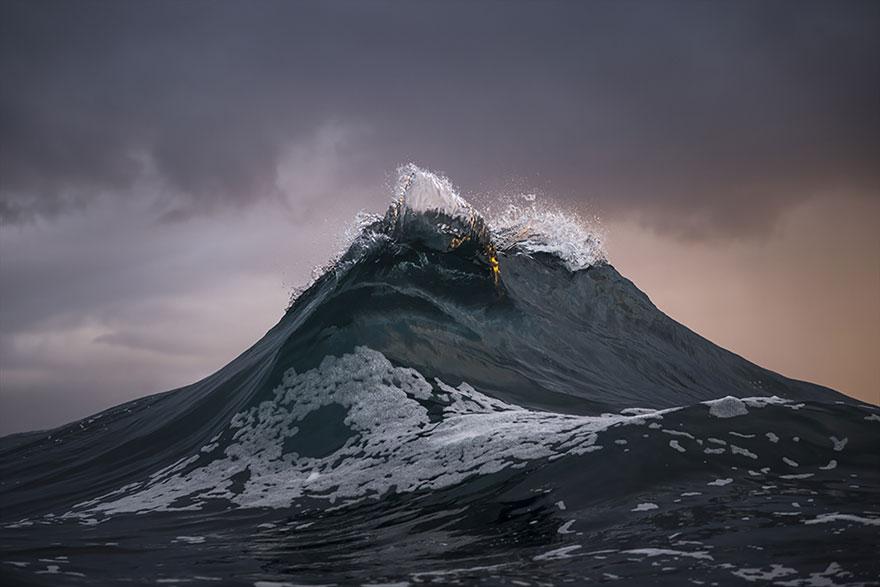 Рей Коллинс заморозил морские волны и сделал их похожими на величественные горы