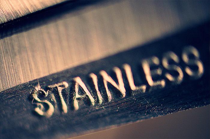 Ножницы и выдавленная на них надпись STAINLESS