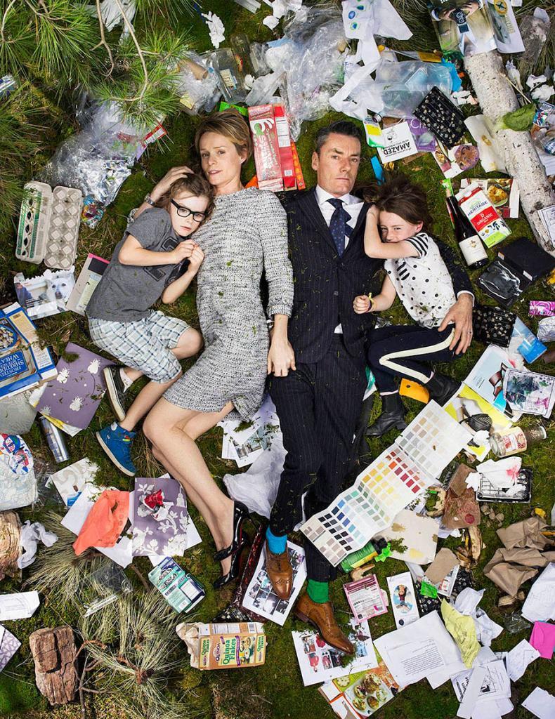 Шокирующий проект 7 Days of Garbage. Люди среди своего мусора, собранного за семь дней