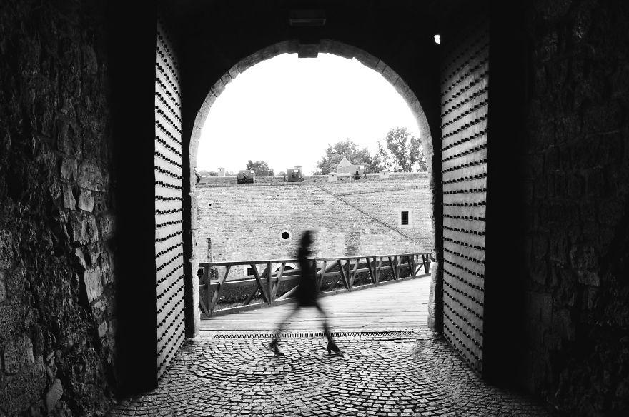 Прогулки женщины-призрака по урбанистическому Белграду