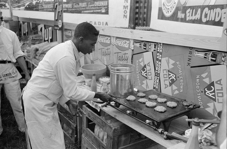 Мужчина готовит гамбургеры, Кроули, Луизиана, 1938 год