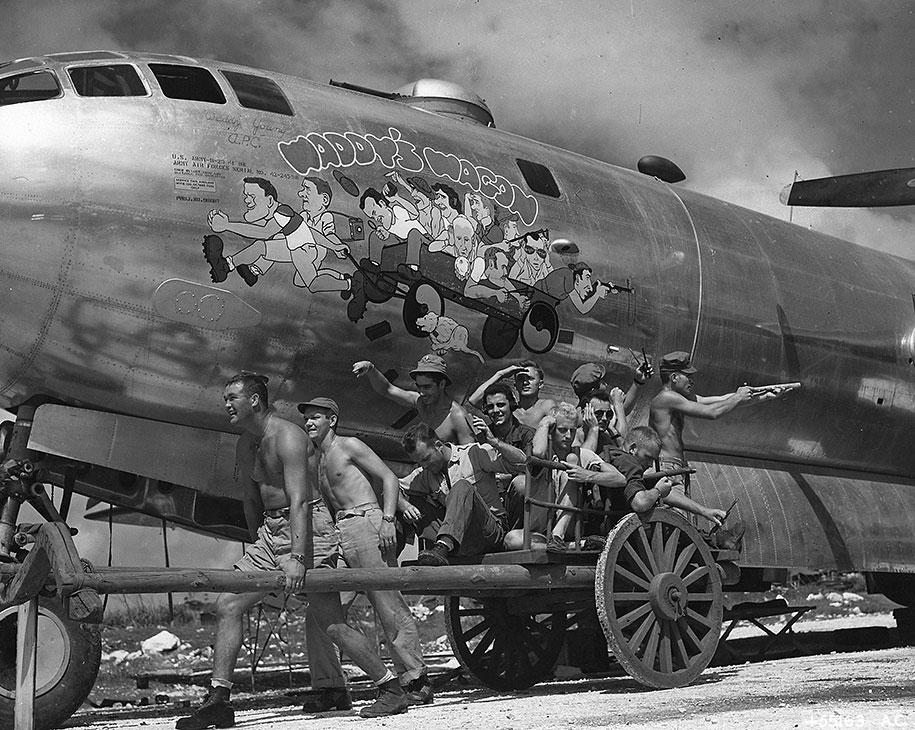 Капитан Уолтер Янг и его команда позируют на фоне бомбардировщика B-29 «Суперфортресс», 24 ноября 1944 года