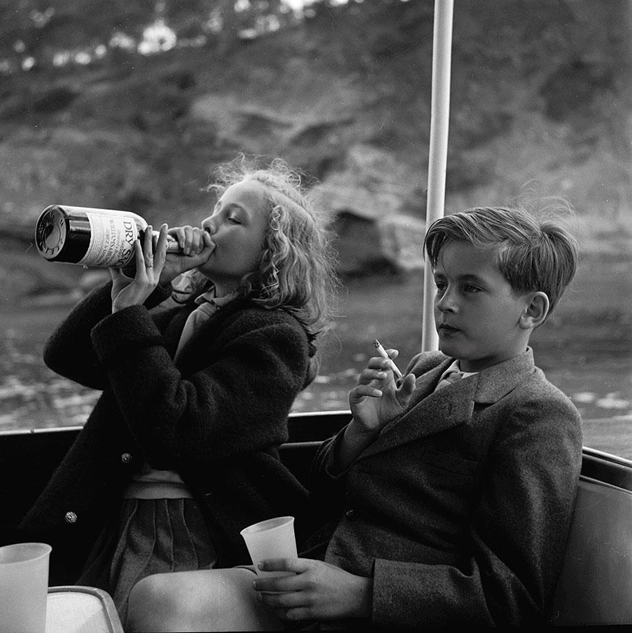 Пьющая Ивонна и курящий Александр Сайн-Витгенштейн-Сайны на яхте близ Мальорки