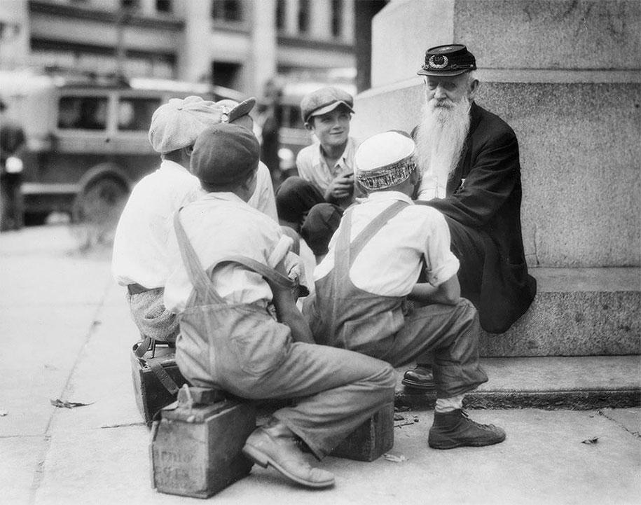 Чистильщики сапог собрались вокруг старого ветерана гражданской войны, Пенсильвания, 1935 год.