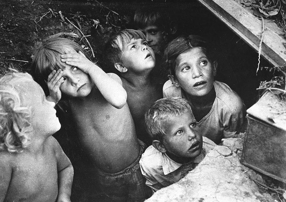 Дети выглядывают из убежища во время операции «Барбаросса». Минск, июнь 1941 года