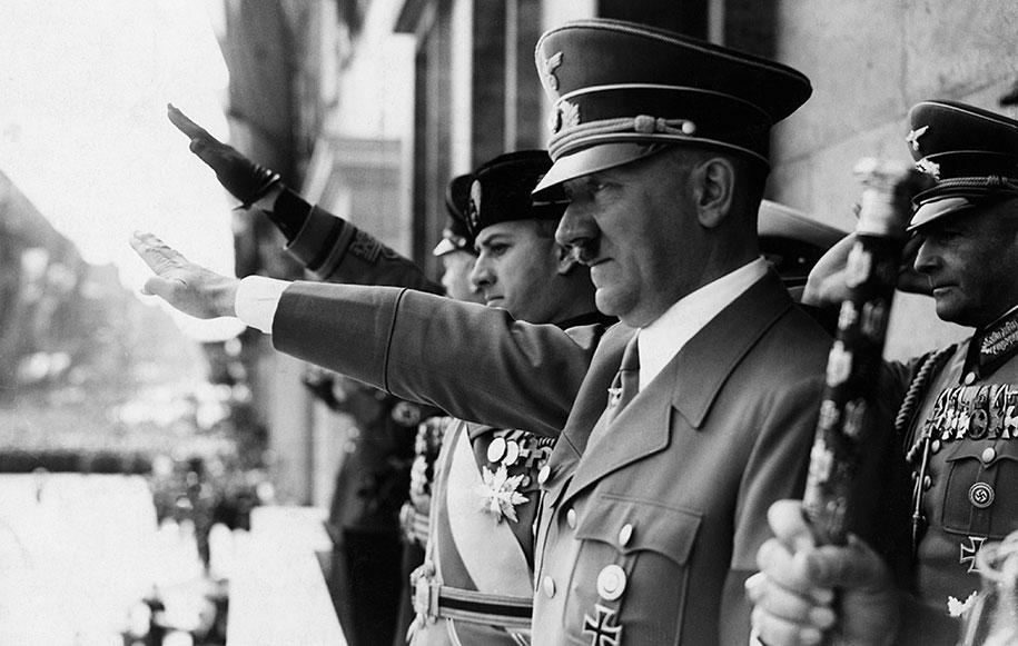 Адольф Гитлер с советником по внешней политике Иоахимом фон Риббентропом на митинге нацистской партии, 1930-е годы
