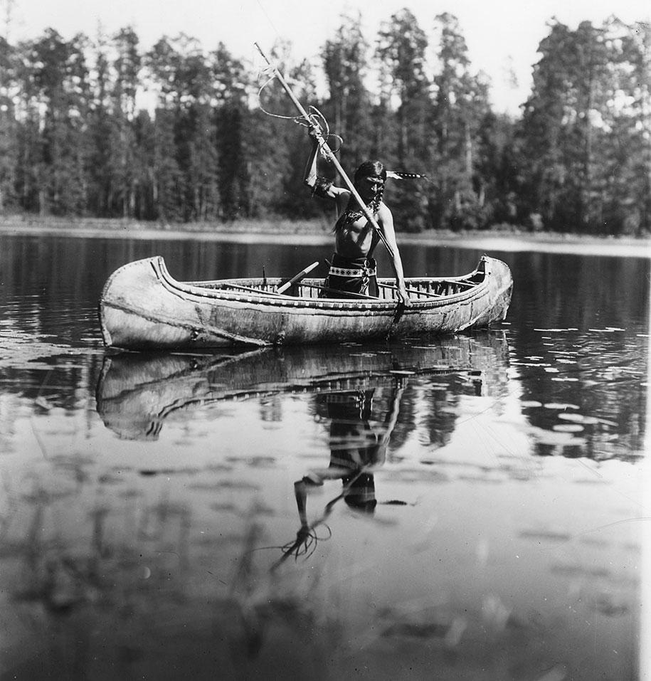 Индеец оджибве во время рыбалки, Миннесота, 1908 год