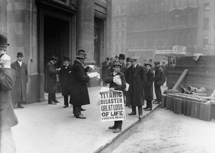 Мальчик продает газеты с новостью о кораблекрушении Титаника, 16 апреля 1912 года