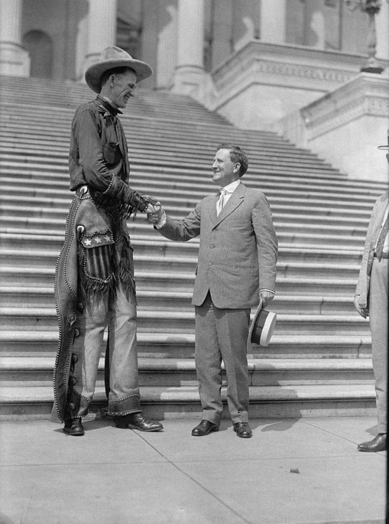 Ковбой Ральф Мадсен с сенатором Моррисом Шеппардом, 1919 год.