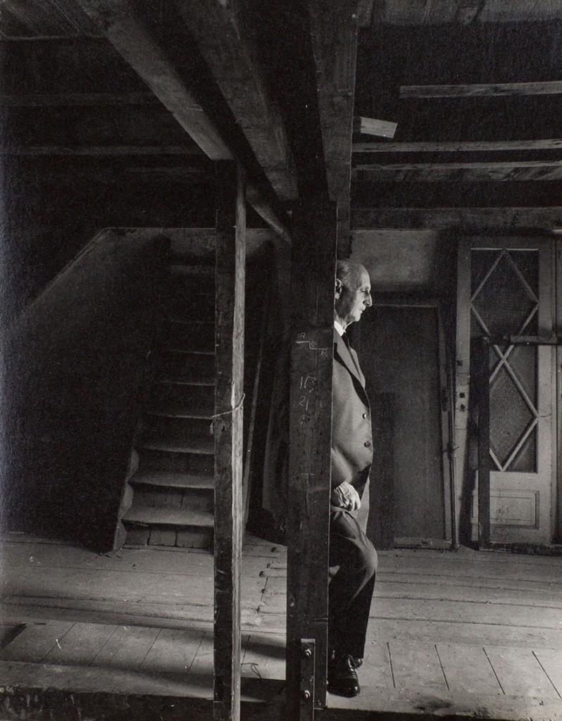 Отец Анны Франк Отто осматривает убежище, где пряталась его семья во время Второй мировой войны, 3 мая 1960 года
