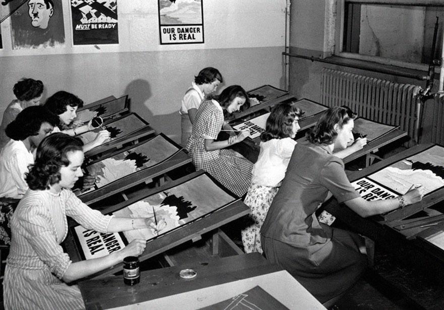 Художницы рисуют агитационные плакаты, 8 июля 1942 года
