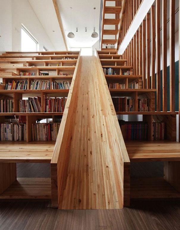 Лестница-горка в библиотеке