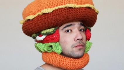 Парень из Австралии вяжет для себя аппетитные головные уборы