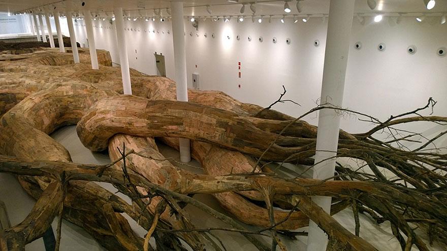Путешествие по тоннелям корневой системы гигантского дерева