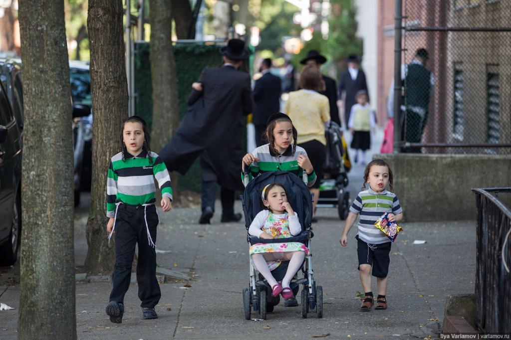 Хасидские дети бегают без присмотра. В Нью-Йорке до 12 детей отпускать одних нельзя, но закон хасидами не соблюдается. Дети тут как беспризорники носятся по улицам одни.