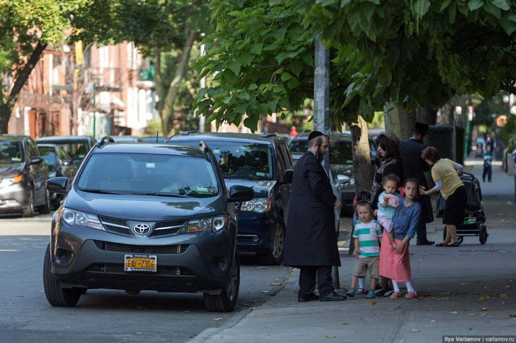 . Так как в каждой семье очень много детей, в еврейских районах все машины с тремя рядами кресел. Обычных седанов нет вообще.