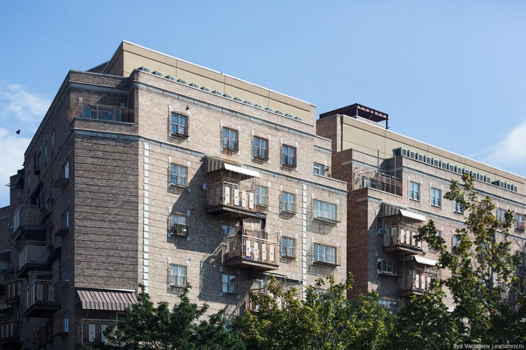 На окнах домов, где живут хасиды, можно увидеть решётки. Знаете, для чего? Чтобы дети, играясь там, случайно не выпали. У ортодоксов же много детей, по пять в семье, а то и по семь. За всеми не уследишь. Ортодоксальные евреи так освоились в Нью-Йорке, что даже дома перестраивают под себя. Вернее, они пристраивают большие балконы. Для чего же им нужны такие большие балконы? Дело в том, что раз в год евреи отмечают праздник Суккот. И в течение недели они должны жить в сукке (деревянный домик или шатёр, обычно стоящий во дворе). Хасиды, как консервативные евреи, естественно, соблюдают эту традицию. Но те, у кого есть большие балконы, могут устроить сукку прямо на нём.