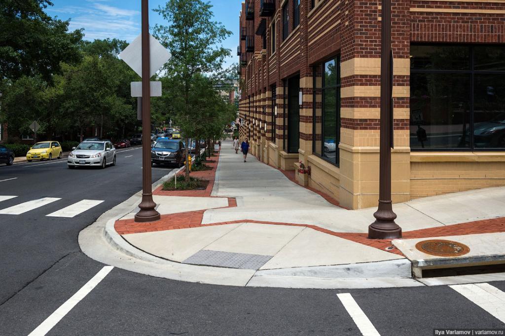 Дизайн тротуара. Тротуары бетонные. С безбарьерной средой все в порядке.