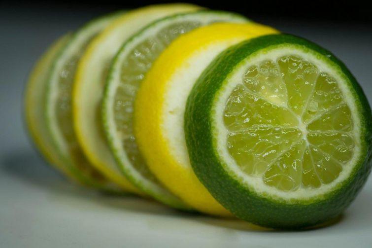 Сок лимона и лайма может помочь против зуда, попутно оказывая антибактериальное и антимикробное действие. Просто капните немного свежевыжатого сока на пораженный участок кожи, и это может уменьшить зуд и предотвратить попадание инфекции. Используйте это средство в помещении, так как прямое воздействие солнечных лучей может привести к образованию волдыря на коже.