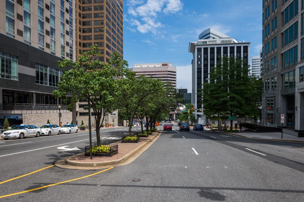 Высотные здания в Арлингтоне строят только около метро. Есть законы, которые называются Sector Plan, когда в четверти мили от станции – определенная высота зданий.