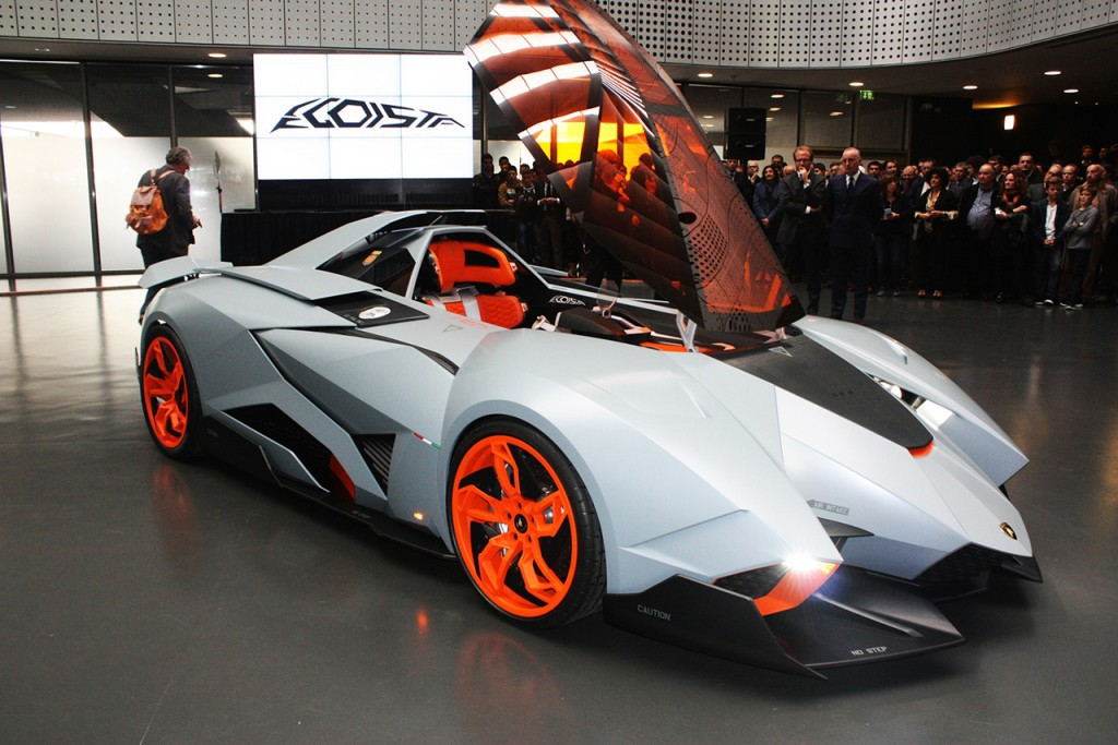 """В 2013 году на праздновании своего 50-летнего юбилея компания Lamborghini представила удивительный суперкар Lamborghini Egoista. Главная особенность «юбилейной» новинки, символизированная её названием, состоит в том, что салон, а точнее """"кабина пилота"""" (вместо дверей у концепт-кара откидная крыша или по-военному «фонарь») рассчитана лишь на одного человека. Внешний облик, равно как и интерьер Egoista, перекликается с военной авиацией. В движение автомобиль приводит 5,2-литровый мотор V10. В конструкции спорткара широко используется углеволокно, за счет чего масса автомобиля составляет всего около одной тонны."""