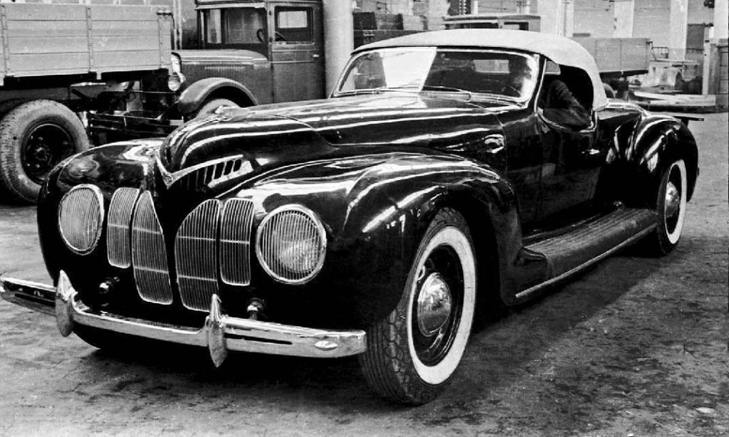 Родстер ЗИС-Спорт построили на шасси ЗИС-101 в 1939 году, тоже в одном экземпляре. Шестилитровый двигатель мощностью в 141 лошадиную силу позволял разгоняться до 162 километров в час. Автомобиль получил одобрение Сталина и Кагановича, однако после войны единственный экземпляр ЗИС-Спорт бесследно исчез.