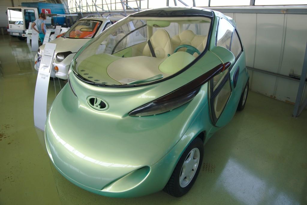Отечественному автопрому тоже есть чем пополнить список штучных экземпляров автомобилей. ВАЗ Рапан – первый концептуальный российский электромобиль, представленный на парижском автосалоне. Выпущен он был в 1998 году в единственном экземпляре и, к сожалению, не получил даже мелкосерийного продолжения. Говорят, что к проекту пробовали привлечь РАО «ЕЭС России» для дооснащения имеющихся автозаправочных станций специальными электрическими заправками, но они не заинтересовались.