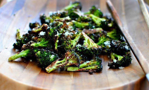 Возьмите свежую капусту брокколи, разделите её на соцветия и выложите на противень смазанный оливковым маслом. Немного посолите и поставьте в разогретую духовку на 10-15 минут. После того, как капуста будет готова, посыпьте её тёртым сыром.