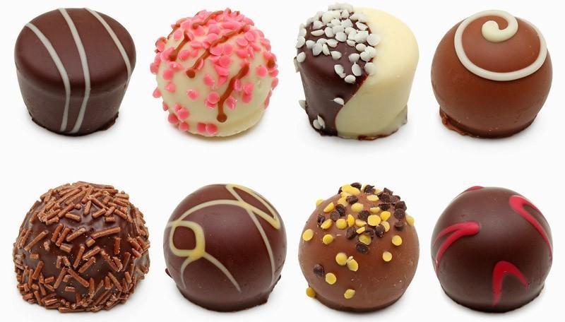 90% шоколада — это вовсе не шоколад (красители-заменители). Шоколадные батончики. Это гигантское количество калорий в сочетании с химическими добавками, генетически модифицированными продуктами, красителями и ароматизаторами. Сочетание большого количества сахара и различных химических добавок обеспечивает высочайшую калорийность и желание есть их снова и снова.