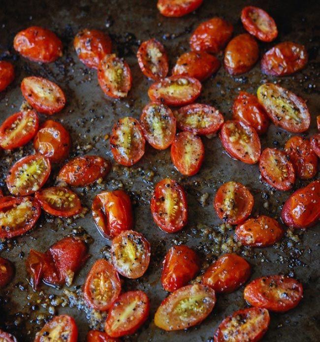 Разрежьте помидоры черри напополам и перемешайте их с чесноком, оливковым маслом, солью и перцем. Разложите на противне ровным слоем. Выпекайте в течение 20-25 минут, или до тех пор, пока помидоры не станут мягкими и очень ароматными.