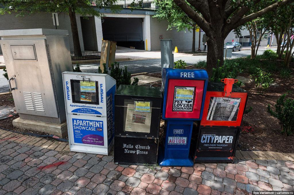 Это одна из проблем города – коробки с газетами. Власти пытаются принять закон, чтобы контролировать, куда ставятся эти коробки. Иногда их ставят на автобусных остановках, и они блокируют тротуары. Теперь начали вешать объявления, чтобы эти коробки убрали или поставили в другое место. Городские власти трогать их не имеют права. Это контролируется первой поправкой к Конституции о свободе прессы. Когда их пытались убрать, они подали в суд и сказали, что власти притесняют свободу слова.
