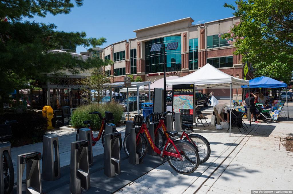 В Вашингтоне – одна из самых лучших систем велопроката в США. Она называется Capital Bikeshare и действует по всей столице и ближайших городах. Здесь пытаются комбинировать автобусные остановки и велосипедные станции, чтобы люди могли сойти с автобуса и поехать до дома на велосипеде. И сами велосипеды очень популярны. В Арлингтоне много велодорожек и просто отдельных бульваров для велосипедов.
