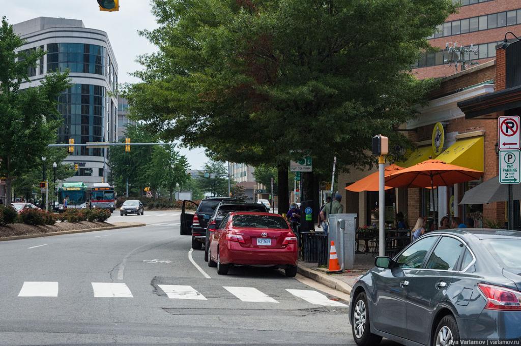 А вот велодорожки тут сделаны неверно! Они должны идти между тротуаром и параллельной парковкой.
