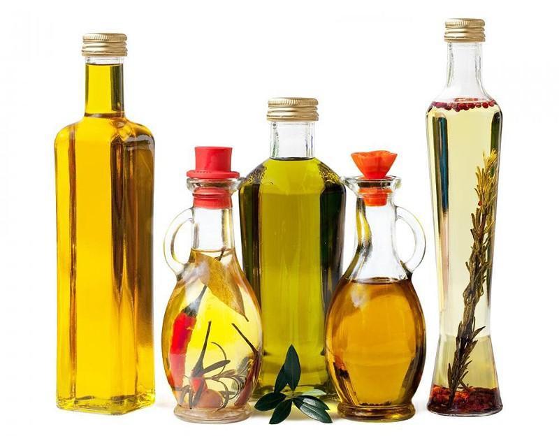 Рафинированное масло, кстати, есть нельзя, оно по молекулярной структуре почти не отличается от пластика, что происходит с ним в процессе сильного нагревания при рафинировании. Такое масло зашлаковывает организм и является сильнейшим канцерогеном. По этой же причине нельзя дважды жарить на одном и том же масле, кроме оливкового… Рафинированное масло нельзя использовать в сыром виде в салатах. На нем можно только жарить.