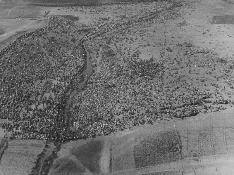 Аэрофотосъемка сборного пункта советских военнопленных в поле под Харьковом, 1942 год.