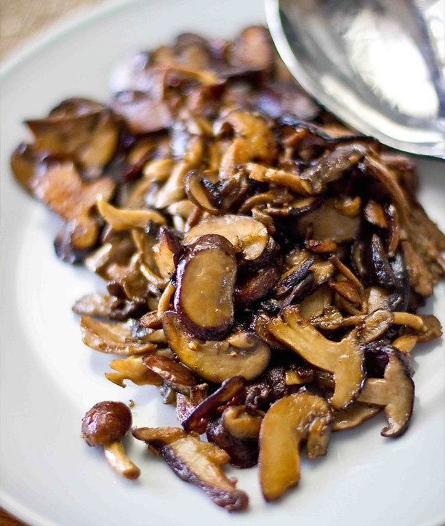 Нагрейте сковородку и налейте в неё 1 ст. ложку оливкового масла и 2 ст.л. сливочного. Когда масло хорошо разогреется добавьте туда грибы. Перемешайте и готовьте до тех пор, пока грибы не приобретут коричневый цвет. Добавьте ещё ½ ст. л масла и чеснок, но внимательно следите, чтобы чеснок не начал гореть. Затем добавьте ¼ стакана белого вина и ждите, пока жидкость испарится. В конце добавьте соль.
