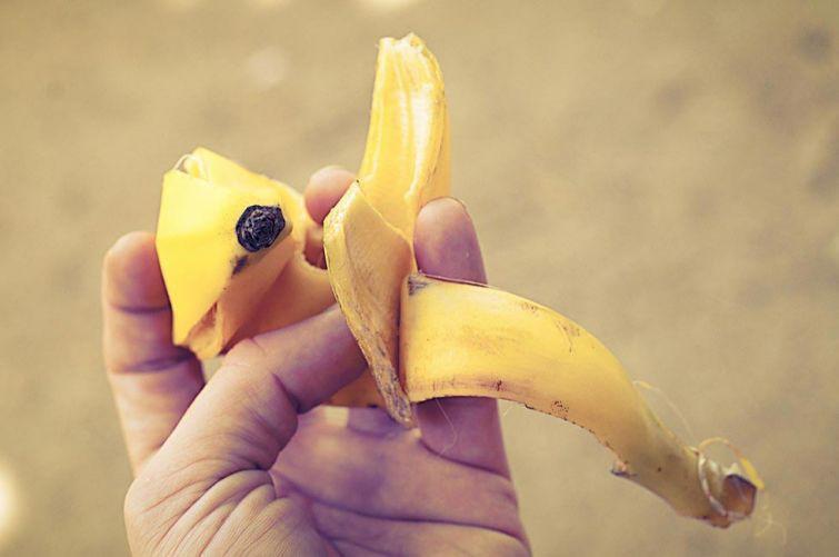 Это средство используемое по всему миру, но которое не имеет никаких научных обоснований. Тем не менее, некоторые эксперты предполагают, что сахар в составе шкурки банана может оказывать успокаивающее действие и вытягивать жидкость из укуса.