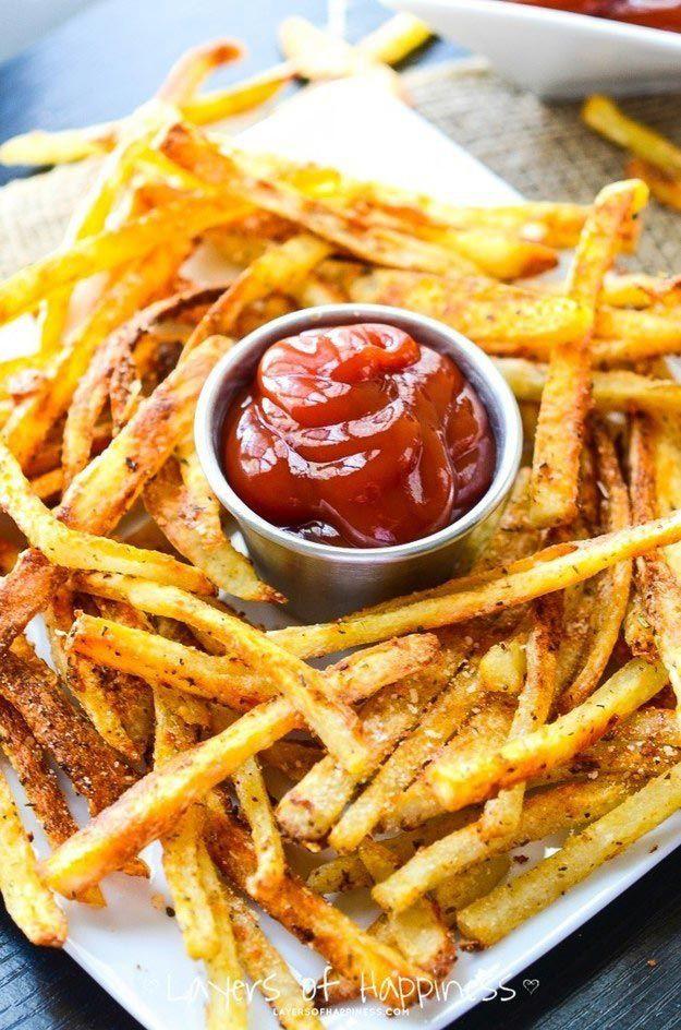 Для приготовления хрустящей и менее вредной картошки фри нам понадобится свежая или замороженная картошка, нарезанная полосками, оливковое масло, соль и чёрный перец. Разогрейте духовку и выложите на противень картофель приправленный оливковым маслом, солью и перцем. Запекайте до появления хрустящей корочки.