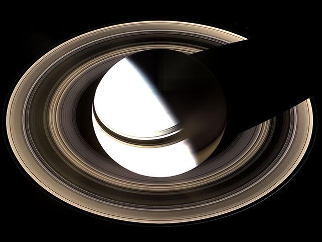 На этом снимке Сатурн переэкспонировали, чтобы выявить детали в его кольцах