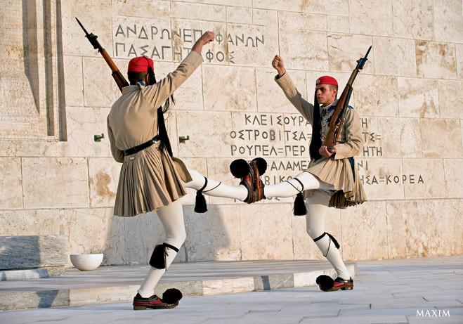 Это странно, но нередко в самую смешную форму наряжают солдат почетного караула, которые охраняют вполне серьезные и даже святые места. Вот так выглядят греческие эвзоны, марширующие у могилы Неизвестного солдата в Афинах. Смеяться над памятью павших могут только очень циничные идиоты. Но не всем туристам удается не рассмеяться при виде этих парней в совершенно клоунских одеяниях. Их движения тоже очень способствуют.