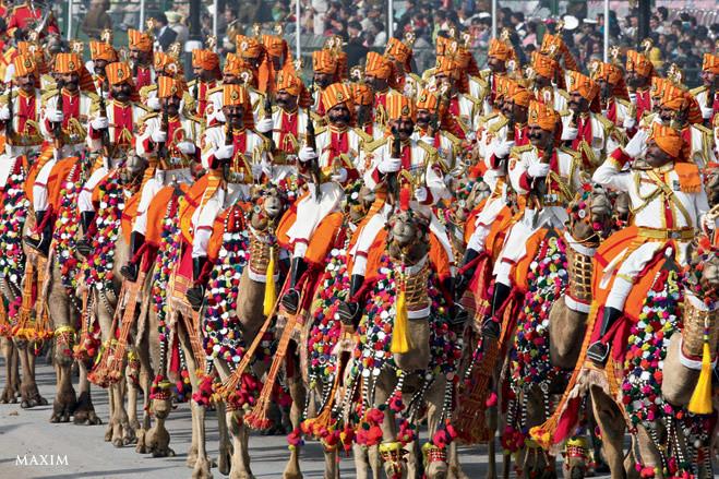 А это индийские пограничники гарцуют на своих нарядных верблюдах в центре Дели по случаю Дня Республики. Конечно, никто никогда не узнает в них пограничников, в том числе и нарушители индийской границы. Они решат, что приехал цирк, и смело пойдут нарушать границу. Вот тут-то их и поймают.